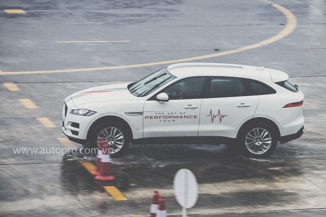 Tắm mưa cùng xe thể thao hạng sang Jaguar - Ảnh 1.