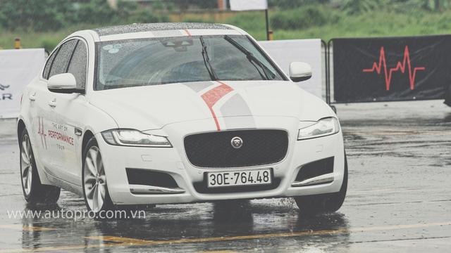 Tắm mưa cùng xe thể thao hạng sang Jaguar - Ảnh 2.
