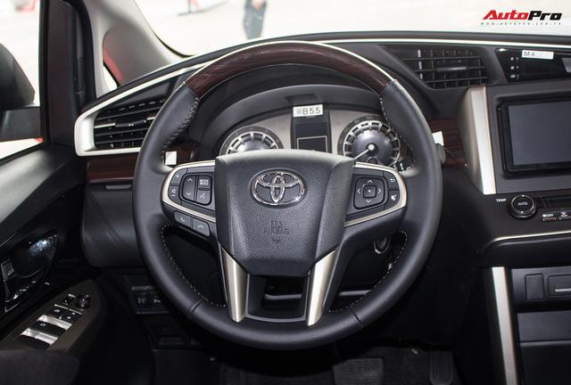 Cận cảnh Toyota Innova Venturer 2017 giá 855 triệu đồng tại Việt Nam - Ảnh 17.