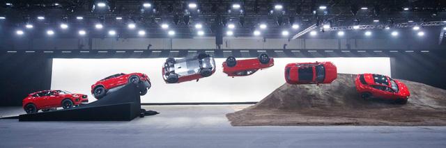 SUV nhỏ xinh Jaguar E-Pace lập kỷ lục thế giới với pha lộn vòng 270 độ - Ảnh 2.