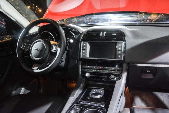 Đối thủ Porsche Macan, Jaguar F-Pace, chính thức ra mắt tại Việt Nam - Ảnh 10.