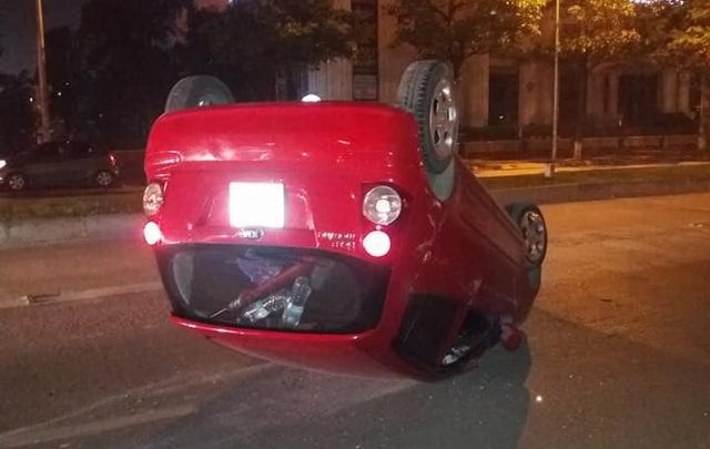 Hà Nội: Tài xế chạy tốc độ cao, mất lái, Kia Morning ngửa bụng trên phố - Ảnh 2.