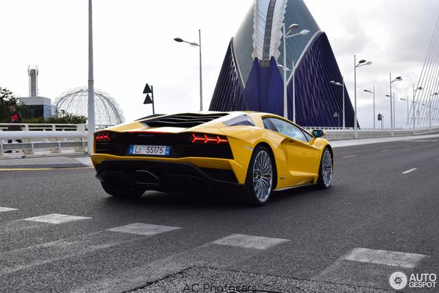 Lamborghini Aventador S LP740-4 lần đầu tiên xuất hiện trên đường phố - Ảnh 2.