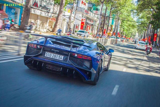 Video Minh Nhựa cầm lái Lamborghini Aventador SV trên đại lộ Võ Văn Kiệt - Ảnh 3.