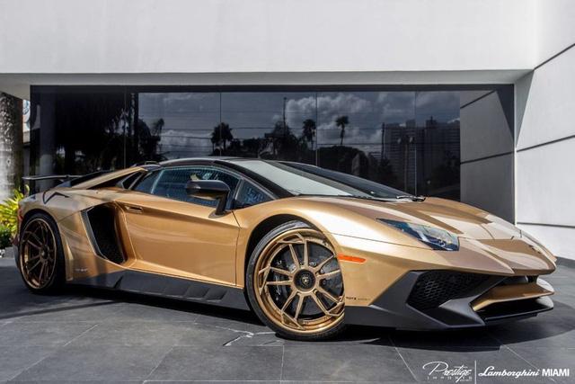 Ngắm Lamborghini Aventador SV Roadster màu vàng đồng