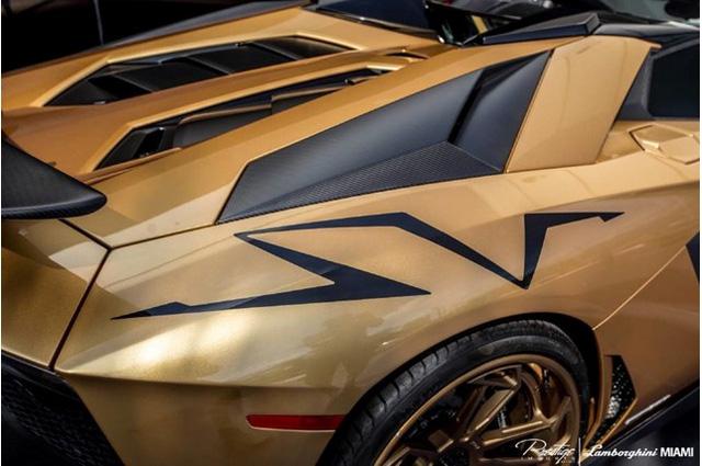 Mỗi nửa của mui cứng trên siêu xe Lamborghini Aventador SV Roadster chỉ nặng 6 kg
