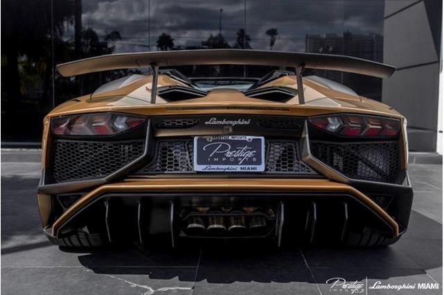 Lamborghini Aventador SV Roadster Nhiều chi tiết sử dụng chất liệu sợi carbon để làm thiết kế trên vỏ xe.