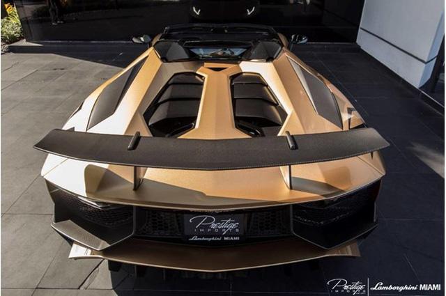 Vẻ đẹp siêu xe hàng hiếm Lamborghini Aventador SV Roadster màu vàng đồng - Ảnh 5.