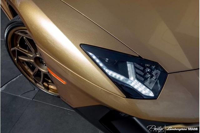 ngoại thất vàng đồng Oro Elios của siêu xe Lamborghini Aventador SV