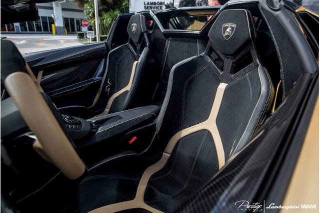 Tại thị trường Mỹ, Lamborghini Aventador SV Roadster có giá bán xuất xưởng 530.075 USD.