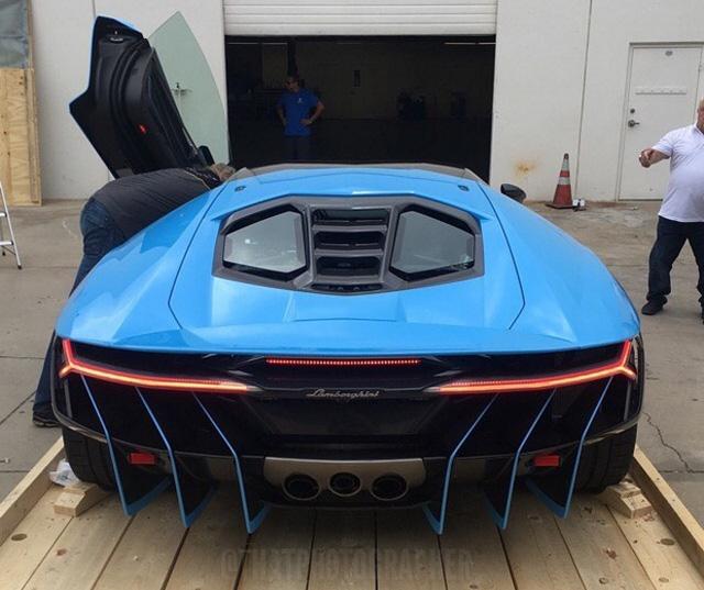 Lamborghini Centenario thứ 4 cập bến Mỹ với ngoại thất nổi bật màu xanh ngọc - Ảnh 10.