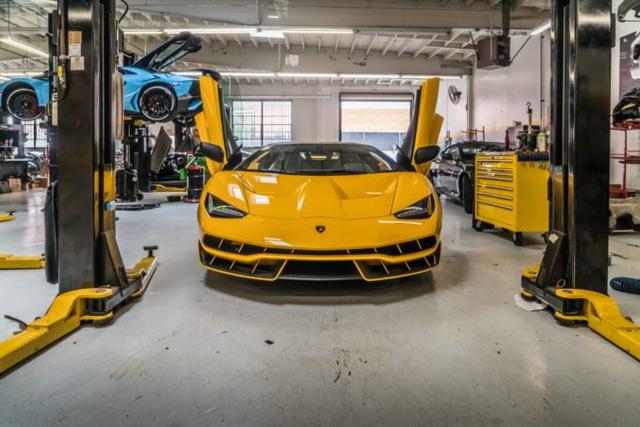 Cận cảnh siêu phẩm Lamborghini Centenario màu vàng rực tại Mỹ - Ảnh 4.