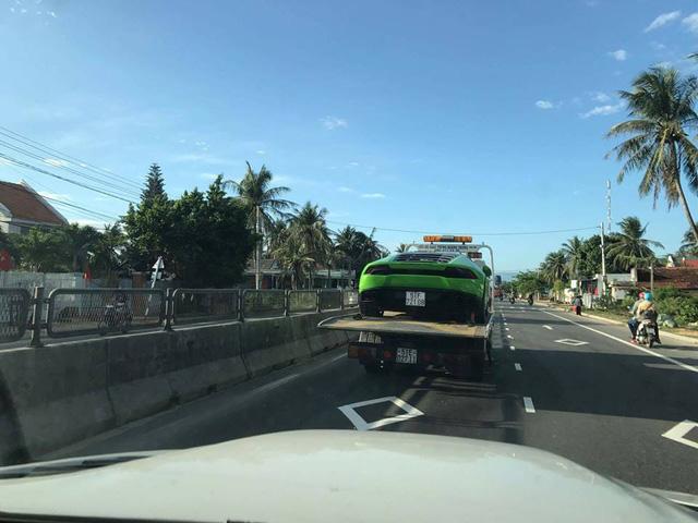 Lamborghini Huracan từng phượt ra Huế và Quảng Bình bị bắt gặp trên xe cứu hộ - Ảnh 2.