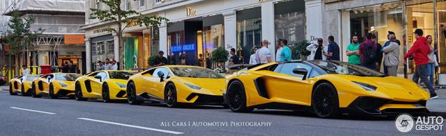 Vẻ đẹp của đội quân Lamborghini tông xuyệt tông màu vàng rực trên phố London - Ảnh 2.