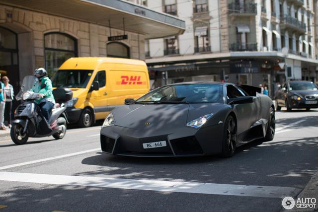 Vẻ đẹp của siêu máy bay tàng hình Lamborghini Reventon trên phố Thụy Sĩ - Ảnh 3.
