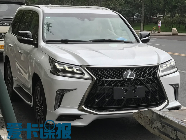Bt gp SUV hng sang Lexus LX570 Superior mi trn ng ph - nh 1
