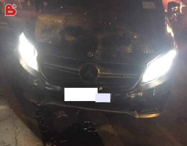 Mercedes-Benz GLA 45 AMG tông vào cửa nhà dân lúc nửa đêm - Ảnh 4.