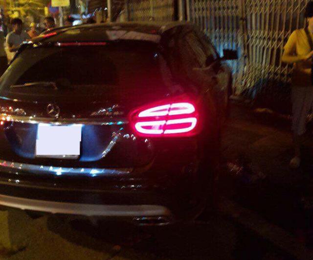Mercedes-Benz GLA 45 AMG tông vào cửa nhà dân lúc nửa đêm - Ảnh 2.
