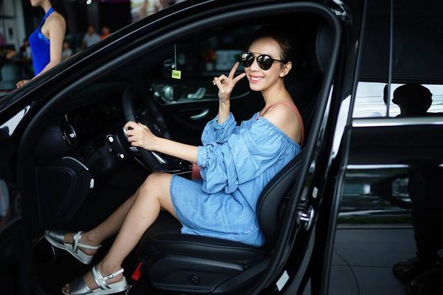 Vợ chồng nghệ sĩ hài Thu Trang và Tiến Luật tậu Mercedes-Benz E300 AMG 2017 2,8 tỷ Đồng - Ảnh 3.