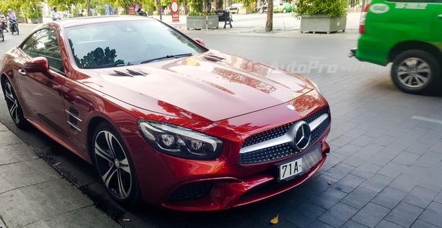Người đẹp Bến Tre cầm lái xe mui trần hàng hiếm Mercedes-Benz SL400 giá 6,7 tỷ Đồng - Ảnh 1.