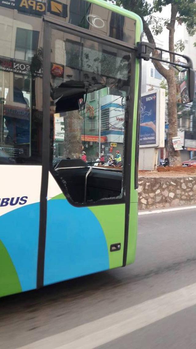 Xe taxi tạt ngang mũi khiến xe buýt nhanh vỡ tan cửa kính - Ảnh 1.