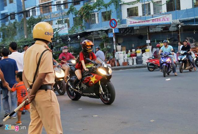 Cô gái Sài Gòn lái siêu môtô đi xem bóng đá - Ảnh 1.