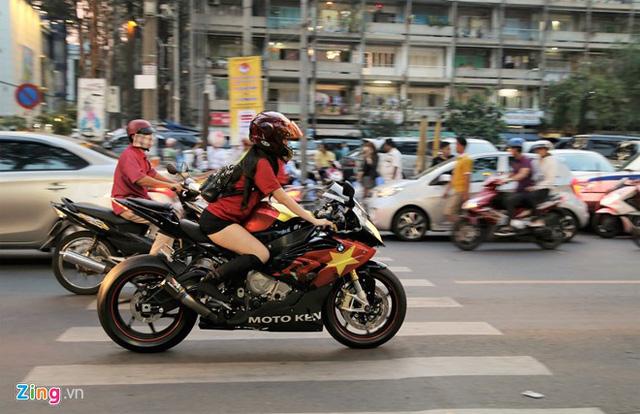 Cô gái Sài Gòn lái siêu môtô đi xem bóng đá - Ảnh 2.