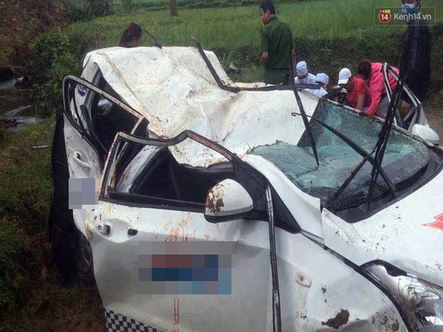 Quảng Ngãi: Taxi rơi xuống cầu trong đêm, 1 người chết, 5 người bị thương - Ảnh 1.