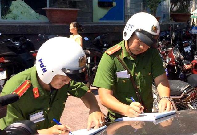Phạt 3 xe biển đỏ đậu trên vỉa hè Sài Gòn - Ảnh 1.