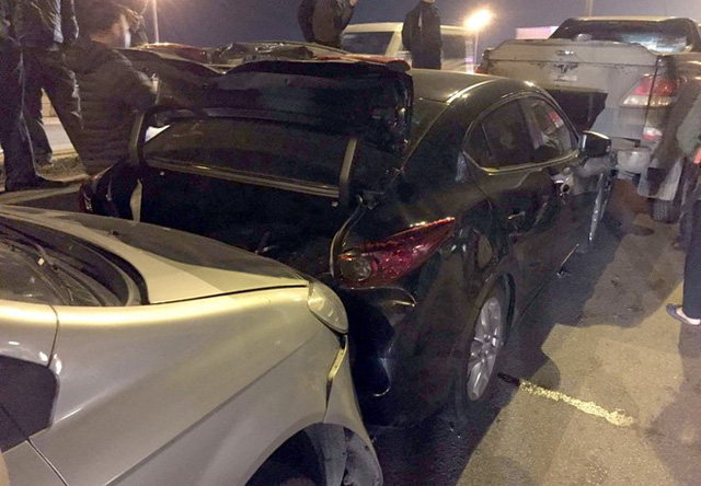 Xe chở xăng đâm dồn liên tiếp 3 ôtô trên cầu Thanh Trì - Ảnh 1.