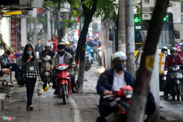 Xe máy cày nát vỉa hè, đe dọa người đi bộ - Ảnh 3.