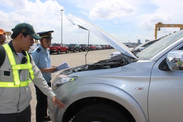 Theo thuế giảm, ô tô ùn ùn nhập khẩu qua cảng TP.HCM - Ảnh 2.