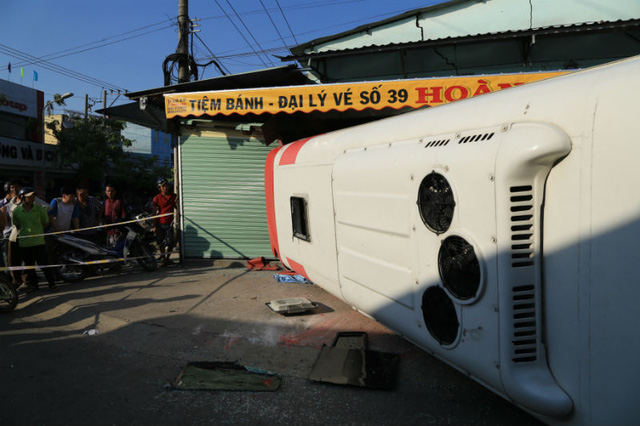 Xe khách bị tông lật nghiêng, 9 người thương nặng - Ảnh 2.