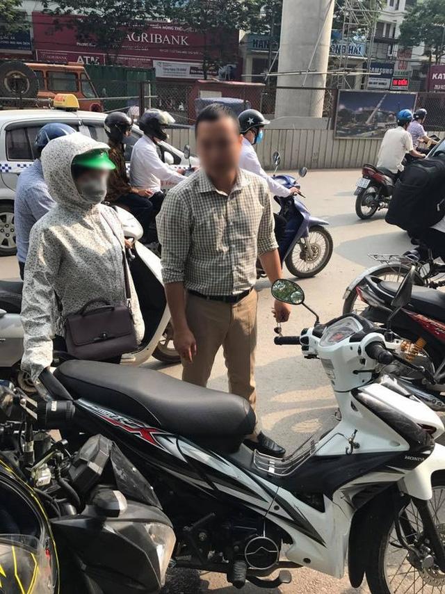 Bắt đền sau va chạm giao thông bất thành, tài xế ô tô ném chìa khóa xe máy của người phụ nữ - Ảnh 1.