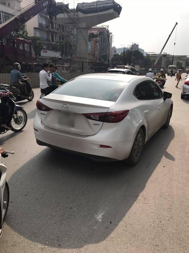 Bắt đền sau va chạm giao thông bất thành, tài xế ô tô ném chìa khóa xe máy của người phụ nữ - Ảnh 2.