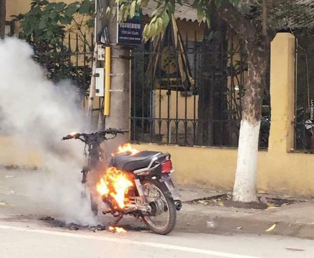 Nam thanh niên tự đốt xe máy sau màn đôi co với CSGT - Ảnh 2.