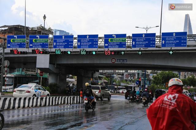 Biển báo giao thông song ngữ Việt – Anh đã được lắp đặt trên đường phố Sài Gòn - Ảnh 1.