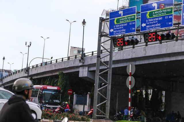 Biển báo giao thông song ngữ Việt – Anh đã được lắp đặt trên đường phố Sài Gòn - Ảnh 2.