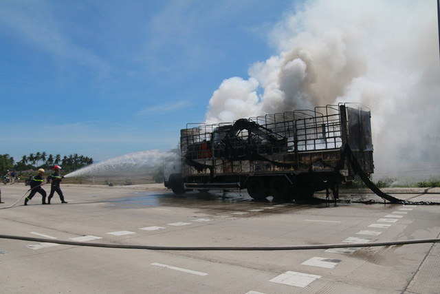 Xe tải bốc cháy ngùn ngụt sát trạm thu phí, giao thông qua quốc lộ 1A hỗn loạn nhiều giờ - Ảnh 2.