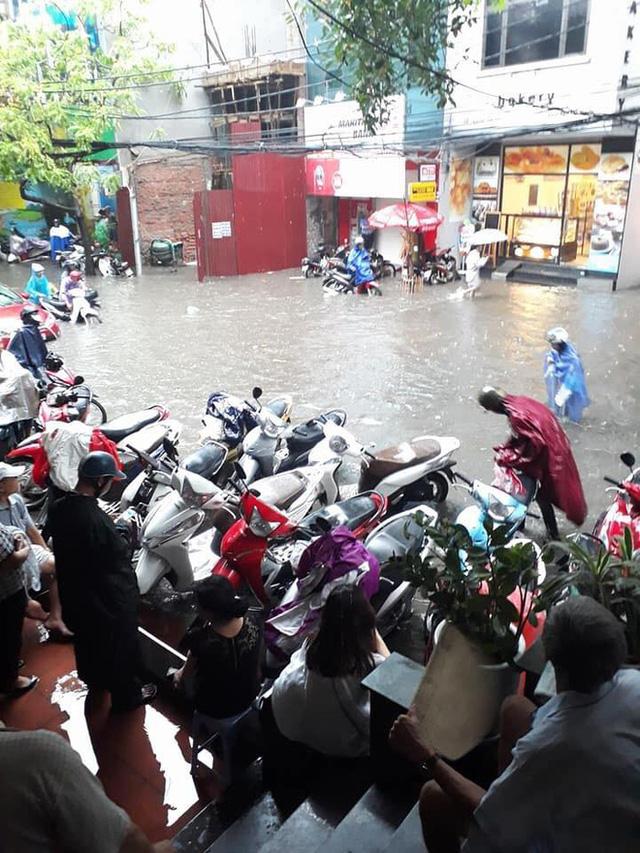 Sáng nay Hà Nội mưa to kèm sấm chớp kinh hoàng, ai mà dám ra đường! - Ảnh 2.