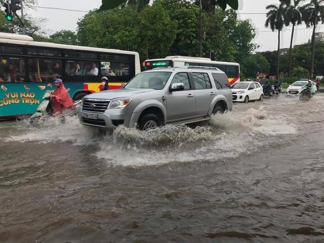 Chùm ảnh: Đường phố Hà Nội ngập lênh láng sau cơn mưa lớn vào sáng nay - Ảnh 1.