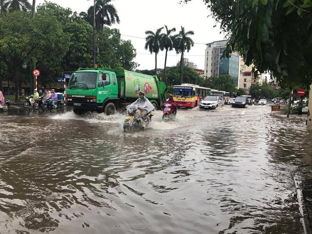 Chùm ảnh: Đường phố Hà Nội ngập lênh láng sau cơn mưa lớn vào sáng nay - Ảnh 2.
