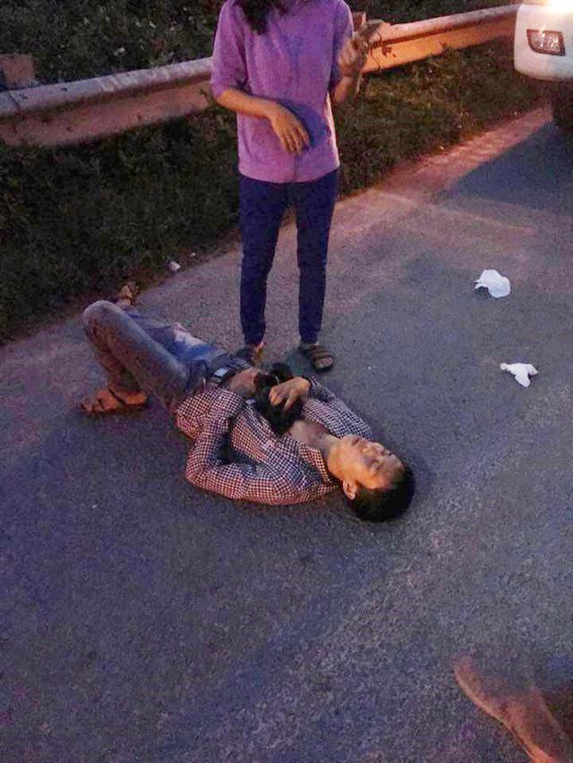 Hà Nội: Lái xe ben tông thẳng vào 2 tên cướp đang dùng hung khí đe dọa đôi vợ chồng - Ảnh 1.