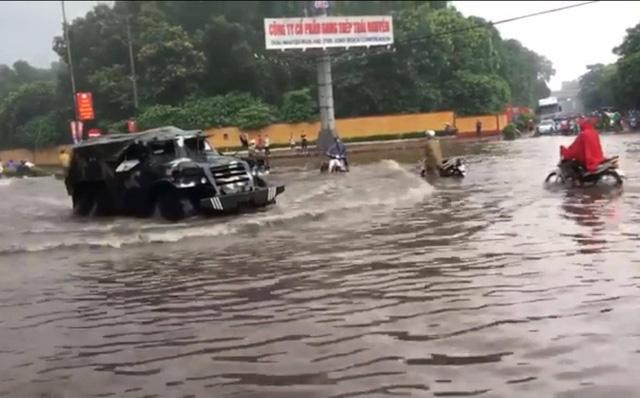 Thái Nguyên: Mưa lớn gây ngập nặng, điều xe chuyên dụng của quân đội đến giúp dân - Ảnh 1.