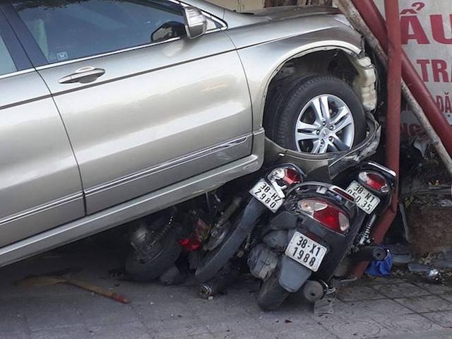 Xế hộp mất lái lao thẳng lên vỉa hè đè bẹp hơn chục xe máy, nhiều người hoảng sợ - Ảnh 2.