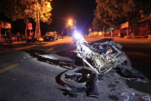 Môtô phân khối lớn tông xe máy nát bét, 2 thanh niên nguy kịch - Ảnh 1.