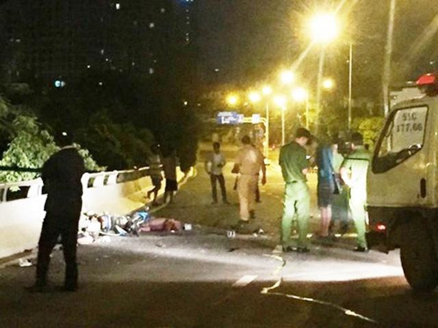 TP.HCM: Chạy ngược chiều trên cầu vượt, 2 thanh niên bị xe tải tông thiệt mạng - Ảnh 1.