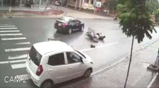 Bất cẩn khi mở cửa ô tô, vạ người hại mình - Ảnh 2.