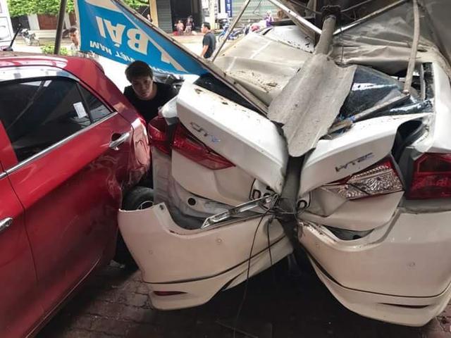 Yên Bái: Honda City do mợ cầm lái lùi vào nhà bên đường, bẹp dúm đuôi xe - Ảnh 2.