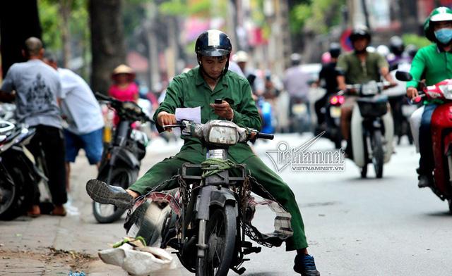 Hết sợ khai tử, xe máy nát vèo vèo giữa phố HN - Ảnh 1.